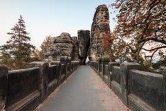 Πορεία της γέφυρας Bastei με μια άποψη της πύλης βράχου το βράδυ στοκ εικόνες