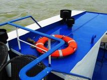 Πορτοκαλί lifebuoy δαχτυλίδι στην μπλε γέφυρα στοκ φωτογραφία