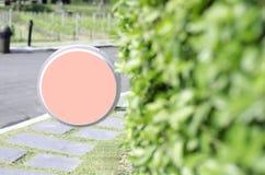 Πορτοκαλιοί κύκλοι κρητιδογραφιών ετικετών στο χορτοτάπητα στοκ εικόνες