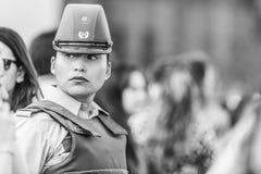Πορτρέτο γυναικών αστυνομίας Carabinero στις οδούς του Σαντιάγο κατά τη διάρκεια της ημέρας 8M των γυναικών στο Σαντιάγο de Χιλή στοκ εικόνες