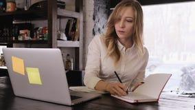 Πορτρέτο ενός ελκυστικού ξανθού κοριτσιού σε ένα άσπρο μεθοδικό πουκάμισο αυτή σκεπτικά εργασίες μια ιδέα έρχεται απόθεμα βίντεο