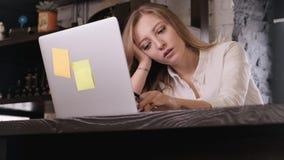 Πορτρέτο ενός κουρασμένου ευρωπαϊκός-κοιτάζοντας γοητευτικού κοριτσιού σε ένα άσπρο πουκάμισο επιχείρηση-ύφους, αυτή χασμουρητά κ απόθεμα βίντεο