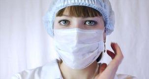 Πορτρέτο ενός στενού επάνω χειρούργου γυναικών, του γιατρού με τη μάσκα έτοιμη για τη λειτουργία στο νοσοκομείο ή της κλινικής μά απόθεμα βίντεο