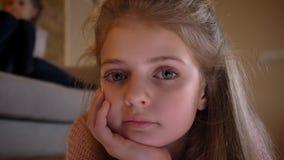 Πορτρέτο κινηματογραφήσεων σε πρώτο πλάνο της αρκετά καυκάσιας κλίσης κοριτσιών σε διαθεσιμότητα και της προσοχής ήρεμα στη κάμερ φιλμ μικρού μήκους