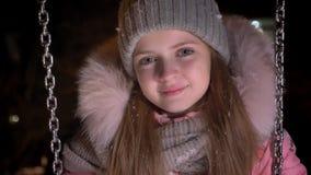 Πορτρέτο κινηματογραφήσεων σε πρώτο πλάνο της μικρής όμορφης οδήγησης κοριτσιών αργά στην ταλάντευση και της προσοχής πρόθυμα στη απόθεμα βίντεο