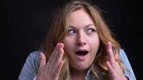 Πορτρέτο κινηματογραφήσεων σε πρώτο πλάνο του ενήλικου καυκάσιου θηλυκού με την κοντή ξανθή τρίχα που παίρνει έκπληκτη και που ικ απόθεμα βίντεο