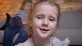Πορτρέτο κινηματογραφήσεων σε πρώτο πλάνο του μικρού αρκετά καυκάσιου κοριτσιού με τις πλεξούδες που προσέχει δειλά στη κάμερα στ φιλμ μικρού μήκους