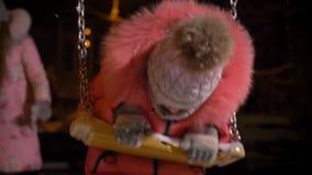 Πορτρέτο κινηματογραφήσεων σε πρώτο πλάνο του μικρού κοριτσιού στο κόκκινο παλτό στην προσοχή ταλάντευσης ευτυχώς στη κάμερα στο  απόθεμα βίντεο