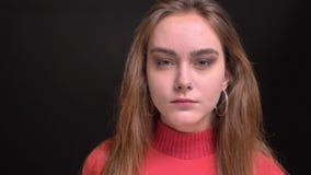 Πορτρέτο κινηματογραφήσεων σε πρώτο πλάνο του νέου ζαλίζοντας καυκάσιου θηλυκού με την όμορφη καφετιά τρίχα και τα γοητευτικά γκρ φιλμ μικρού μήκους