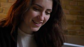 Πορτρέτο κινηματογραφήσεων σε πρώτο πλάνο του νέου καυκάσιου κοριτσιού με την κυματιστή προσοχή τρίχας ευχάριστα στη κάμερα στην  απόθεμα βίντεο