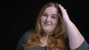 Πορτρέτο κινηματογραφήσεων σε πρώτο πλάνο του νέου υπέρβαρου καυκάσιου θηλυκού χαμόγελου φλερτ seductively και του δαγκώματος του απόθεμα βίντεο