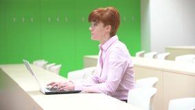 Πορτρέτο μιας ευτυχούς γυναίκας σπουδαστή που χρησιμοποιεί το φορητό προσωπικό υπολογιστή στο πανεπιστήμιο Να προετοιμαστεί για τ απόθεμα βίντεο