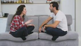 Πορτρέτο μιας όμορφης γυναίκας συγκινημένης, που εξετάζει το φίλο της με την αγάπη Συζήτηση, που εξετάζει η μια την άλλη Ντυμένος απόθεμα βίντεο