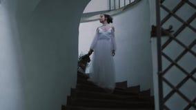 Πορτρέτο μιας όμορφης τρυφερής γυναίκας νυφών που φορά το μακρύ πολυτελές άσπρο γαμήλιο φόρεμα καθορισμένη γυναίκα σκιαγραφιών ει απόθεμα βίντεο