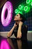 Πορτρέτο νύχτας Cinematic των φω'των κοριτσιών και νέου στοκ φωτογραφίες