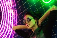 Πορτρέτο νύχτας Cinematic των φω'των κοριτσιών και νέου στοκ φωτογραφία
