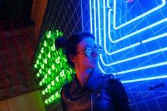 Πορτρέτο νύχτας Cinematic των φω'των κοριτσιών και νέου στοκ φωτογραφίες με δικαίωμα ελεύθερης χρήσης