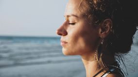 Πορτρέτο σχεδιαγράμματος της νέας όμορφης στάσης γυναικών στην παραλία στοκ εικόνες
