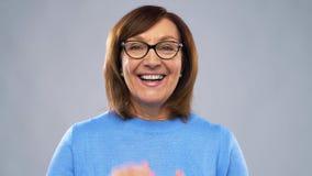 Πορτρέτο της ευτυχούς ανώτερης γυναίκας που βάζει τα γυαλιά επάνω απόθεμα βίντεο