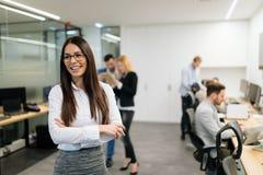 Πορτρέτο της επιτυχούς όμορφης επιχειρηματία στην αρχή στοκ φωτογραφίες