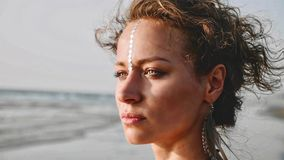 Πορτρέτο της νέας όμορφης στάσης γυναικών στην παραλία και του κοιτάγματος στη θάλασσα στοκ φωτογραφία με δικαίωμα ελεύθερης χρήσης