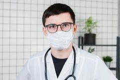 Πορτρέτο του γιατρού, κινηματογράφηση σε πρώτο πλάνο προσώπου στην ιατρική μάσκα διάστημα αντιγράφων στοκ φωτογραφία