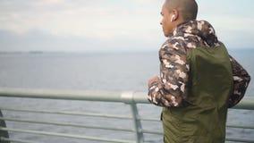 Πορτρέτο του ευτυχούς ενήλικου μέσου ηλικίας αμερικανικού ατόμου africam που τρέχει μια φυλή για την υγεία του και που χρησιμοποι απόθεμα βίντεο