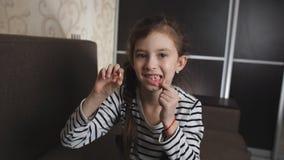 Πορτρέτο του μικρού κοριτσιού που παρουσιάζει πεσμένο στο κάμερα δόντι μωρών απόθεμα βίντεο