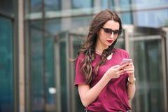 Πορτρέτο του νέου τουρίστα στην πόλη που χρησιμοποιεί το κινητό τηλέφωνο στοκ εικόνες