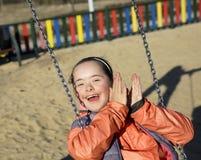Πορτρέτο του όμορφου κοριτσιού στην παιδική χαρά στοκ εικόνες