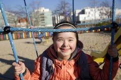 Πορτρέτο του όμορφου κοριτσιού στην παιδική χαρά στοκ εικόνα με δικαίωμα ελεύθερης χρήσης