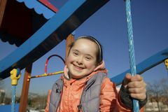 Πορτρέτο του όμορφου κοριτσιού στην παιδική χαρά στοκ φωτογραφία