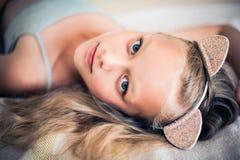 Πορτρέτο του όμορφου κοριτσιού προ-εφήβων που φορά headband γατών στοκ φωτογραφία