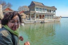 Πορτρέτο των ασιατικών ανώτερων γυναικών με τη μαρμάρινη πέτρινη βάρκα στο θερινό παλάτι Πεκίνο στοκ εικόνα με δικαίωμα ελεύθερης χρήσης