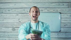 Πορτρέτο των ευτυχών αρσενικών ευρο- τραπεζογραμματίων εκμετάλλευσης γιατρών απόθεμα βίντεο