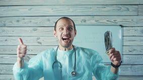 Πορτρέτο των ευτυχών αρσενικών τραπεζογραμματίων εκμετάλλευσης γιατρών απόθεμα βίντεο