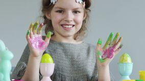 Πορτρέτο Πάσχας της ευτυχούς μαθήτριας εφήβων Τα χέρια του κοριτσιού είναι λεκιασμένα με το χρώμα Δημιουργικότητα παιδιών, χρώμα  απόθεμα βίντεο