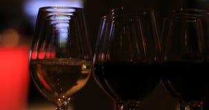 Ποτήρι του κρασιού στο κόμμα υποδοχής απόθεμα βίντεο