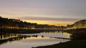 Ποταμός Arno στη Φλωρεντία τη νύχτα Ιταλία Τοσκάνη στοκ φωτογραφία με δικαίωμα ελεύθερης χρήσης