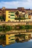Ποταμός Arno, σπίτι στη Φλωρεντία, Ιταλία στοκ εικόνα