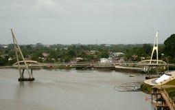 Ποταμός Sarawak και γέφυρα, Kuching, Μαλαισία στοκ εικόνα