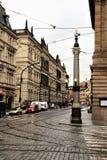 Πράγα, Δημοκρατία της Τσεχίας, τον Ιανουάριο του 2015 Άποψη της οδού στο κέντρο, μια όμορφη στήλη με τους λαμπτήρες στη γωνία στοκ εικόνα με δικαίωμα ελεύθερης χρήσης