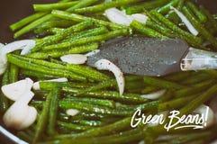 Πράσινα φασόλια με το κρεμμύδι και το σκόρδο έτοιμα για το μαγείρεμα στο τηγάνισμα του τηγανιού Κλείστε επάνω την άποψη των πράσι στοκ εικόνα