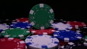 Πράσινες περιστροφές τσιπ πόκερ στον πίνακα στο σκοτάδι απόθεμα βίντεο