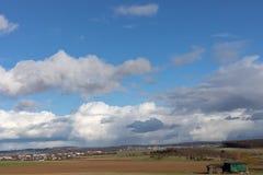 Πράσινοι τομείς και μπλε ουρανοί πέρα από το Hesse στη Γερμανία στοκ φωτογραφία