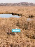 πράσινος καμία επιφύλαξη φύσης φυτιλιών Fingringhoe ελωδών περιοχών σημαδιών εισόδων essex έξω στοκ εικόνες