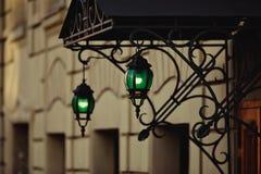 Πράσινο φανάρι στην είσοδο στο σπίτι Εκλεκτής ποιότητας λαμπτήρας οδών στοκ εικόνες