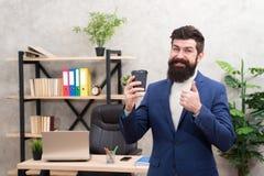 Πρέπει να έχετε το τονωτικό για τον Γενειοφόρο φλιτζάνι του καφέ λαβής επιχειρηματιών επιχειρηματιών διευθυντών ατόμων Χαλαρωμένη στοκ εικόνα