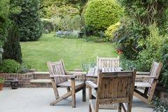 Προαστιακός κήπος με το patio στοκ εικόνα με δικαίωμα ελεύθερης χρήσης