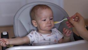 Προσεκτικές δοκιμές λίγων χαριτωμένες αγοριών τα τρόφιμα που mom του δίνει απόθεμα βίντεο